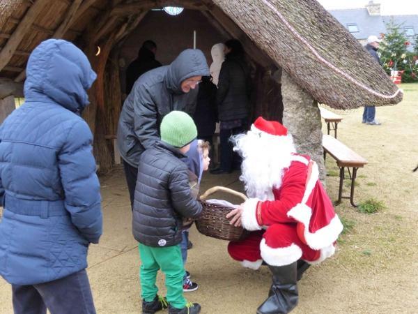 Le père Noël distribue des bonbons - Marché de Noël - Avel Deiz